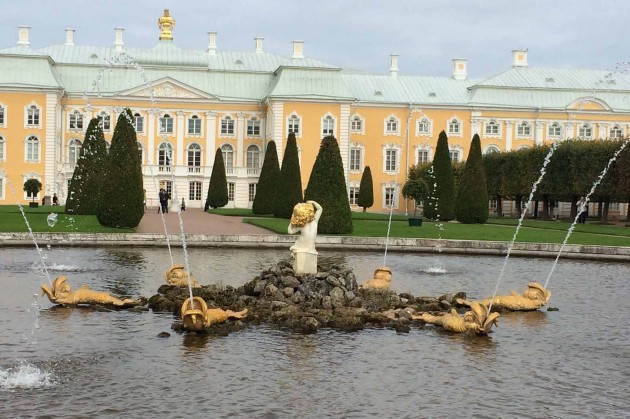 An image of Peterhof taken from one of the gardens